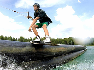 Mattheo Rueger slidet die Tube bei Wake and Beach